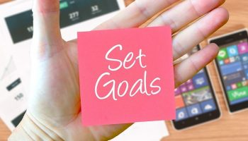 "post it note that says ""Set Goals"""